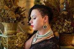 Culturista con le tempie rase, taglio di capelli asimmetrico della ragazza immagini stock