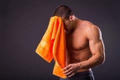 Culturista con un asciugamano Immagine Stock Libera da Diritti