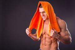 Culturista con un asciugamano Fotografia Stock Libera da Diritti