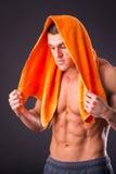 Culturista con un asciugamano Immagini Stock