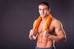 Culturista con un asciugamano Fotografia Stock