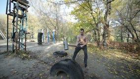 Culturista con un grande martello archivi video