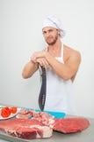 Culturista del cuoco unico che prepara i grandi bei pezzi di carne cruda proteine naturali Fotografie Stock Libere da Diritti