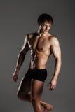 Culturista di modello maschio muscolare prima della formazione Studio sparato sopra Fotografia Stock Libera da Diritti