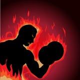 Culturista en el fuego que hace rizos del bíceps Imagen de archivo