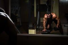 Culturista maschio che fa esercizio pesante per la parte posteriore Immagini Stock Libere da Diritti