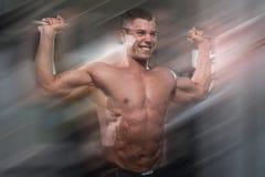 Culturista maschio che fa esercizio pesante per le spalle Immagine Stock