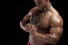 Culturista masculino con el cuerpo muscular del alivio foto de archivo