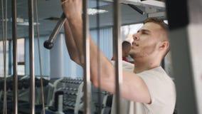 Culturista masculino que hace ejercicio del entrenamiento en el gimnasio almacen de video
