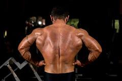 Culturista muscolare che mostra diffusione posteriore del lat Fotografia Stock Libera da Diritti