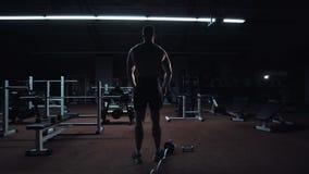 Culturista muscolare che ostenta la sua costituzione fisica video d archivio