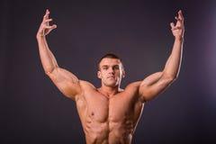 Culturista muscolare dell'uomo Immagini Stock Libere da Diritti