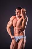 Culturista muscolare dell'uomo Immagine Stock