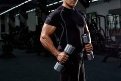 Culturista muscolare su fondo nero Uomo atletico forte immagini stock