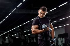 Culturista muscular en fondo negro Hombre atlético fuerte Imagen de archivo libre de regalías