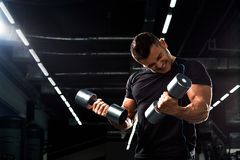 Culturista muscular en fondo negro Hombre atlético fuerte Foto de archivo