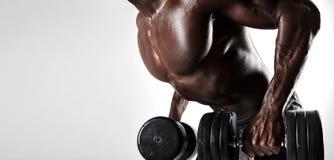 Culturista que ejercita con pesas de gimnasia imagen de archivo libre de regalías