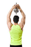 Culturista rasgado muscular con pesas de gimnasia Imagen de archivo