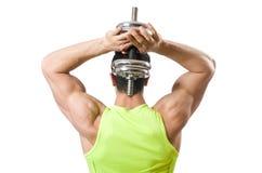 Culturista rasgado muscular con pesas de gimnasia Fotografía de archivo libre de regalías