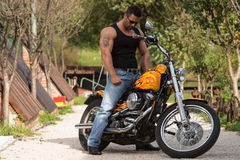 Culturista y motocicleta foto de archivo