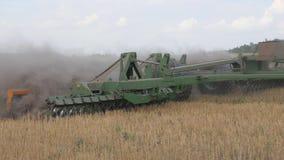 Cultuur van de grond met een tractor Het losmaken van de grond Zuurstofverrijking Vechtend onkruid stock video