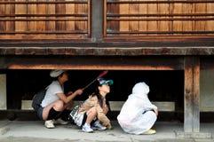 Cultuur van nieuwsgierigheid - Japanse jonge geitjes Royalty-vrije Stock Foto's