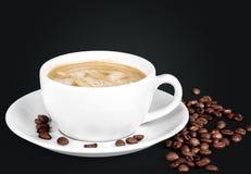 Cum кофе с пеной и кофейными зернами стоковые изображения rf