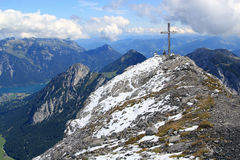 Cumbre con la cruz de la cumbre en las montañas Fotografía de archivo