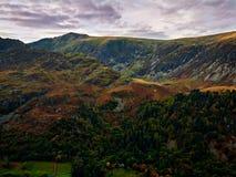 Cumbre de Cadair Idris y la trayectoria País de Gales de Minffordd Fotografía de archivo libre de regalías