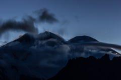 Cumbre de Elbrus en una salida del sol Imagen de archivo libre de regalías