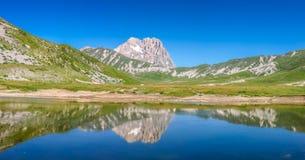 Cumbre de la montaña de Gran Sasso en la meseta de Campo Imperatore, Abruzos, Imagen de archivo libre de regalías