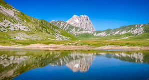 Cumbre de la montaña de Gran Sasso en la meseta de Campo Imperatore, Abruzos, Fotos de archivo