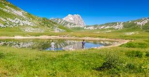 Cumbre de la montaña de Gran Sasso en la meseta de Campo Imperatore, Abruzos, Italia Foto de archivo