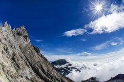 Cumbre de la montaña de Merapi con la montaña de Merbabu en el franco Imagenes de archivo