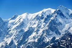 Cumbre de la montaña debajo de la nieve Fotografía de archivo