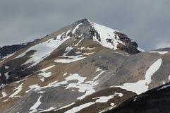 Cumbre de la montaña del resorte en luz y sombra Foto de archivo libre de regalías