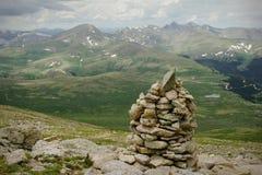 Cumbre de la montaña que va de excursión la tormenta de la lluvia del verano Foto de archivo