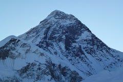 Cumbre del monte Everest en el amanecer de Kala Patthar, Gorak Shep, viaje del campo bajo de Everest, Nepal imágenes de archivo libres de regalías