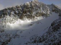 Cumbre Sunlit encima de un glaciar del esquí en Blackcomb Moun Foto de archivo