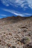 Cumbre volcánica de la montaña en la isla de Fuerteventura imágenes de archivo libres de regalías