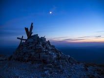 Cumbre y luna cruzadas en la puesta del sol, soporte Acuto, Apennines, Marche, Italia Imágenes de archivo libres de regalías
