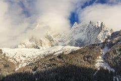 Cumbres de la montaña en nubes y niebla imágenes de archivo libres de regalías