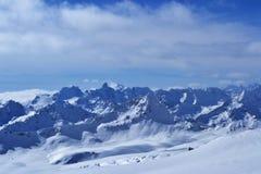 Cumbres y picos con el cielo y las nubes Imagen de archivo libre de regalías