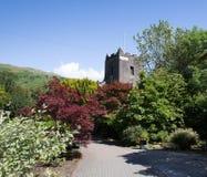 Cumbria UK för Grasmere bykyrka nationalpark för område för sjö för populär turist- destination engelsk Arkivbild