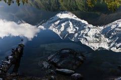 Cume branco da montanha refletido em um lago Fotografia de Stock