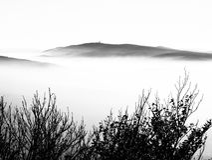 Cume da montanha acima das nuvens no tempo da inversão Foto de Stock