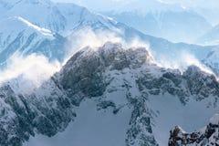 Cume da montanha rochosa com um blizzard da neve Imagem de Stock