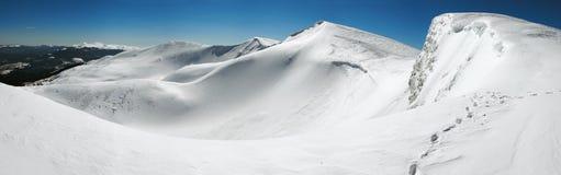 Cume das montanhas do inverno fotografia de stock