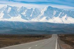 Cume do norte-Chuya da estrada e da montanha de Chuya de montanhas de Altai Imagem de Stock Royalty Free