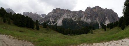 Cume e montanhas nas dolomites Imagem de Stock